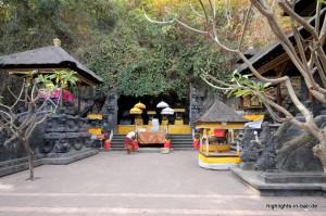 Der Platz vor der Höhle