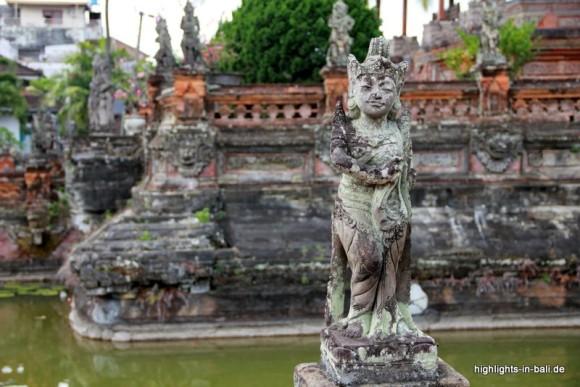 Statue vor der Gerichtshalle Kerta Gosa
