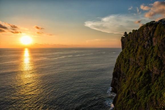 Sonnenuntergang in Uluwatu an den Klippen